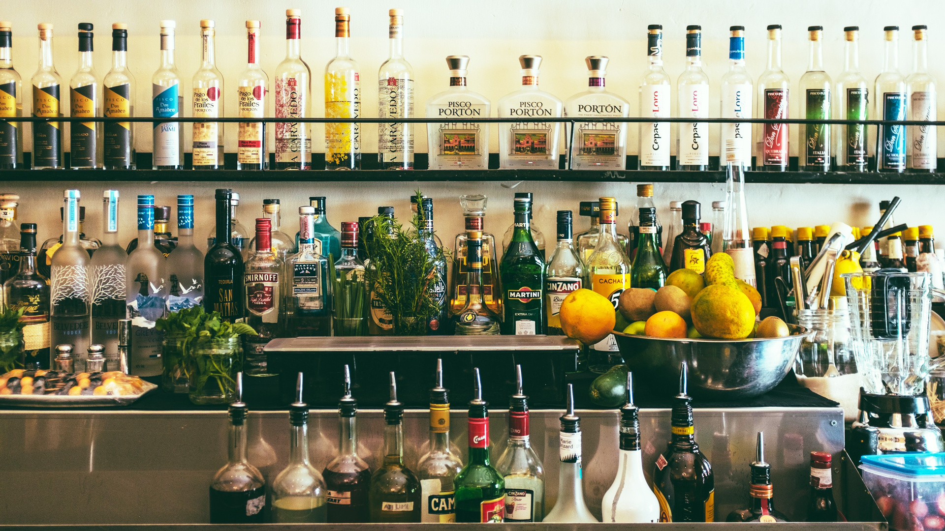 Toronto Alcohol delivery | Alcohol bottles behind a bar