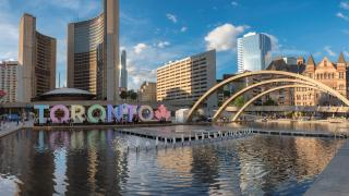 Things to do in Toronto this August 2021 | The Toronto sign and fountain in Nathan Phillips Square