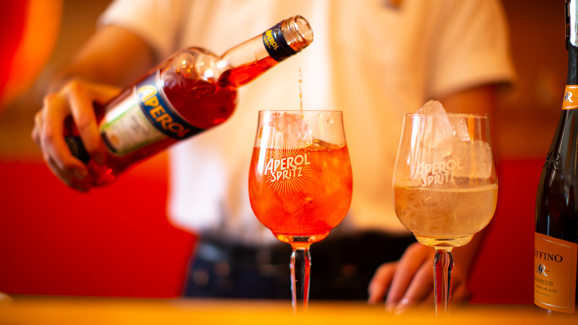 How to make the perfect warm weather cocktail, an Aperol Spritz
